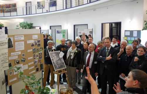 Teilnehmerinnen und Teilnehmer informieren sich auf dem Markt der Möglichkeiten. (Foto: OBK)
